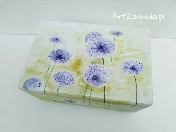 Skrzynka malowana w kwiaty czosnku